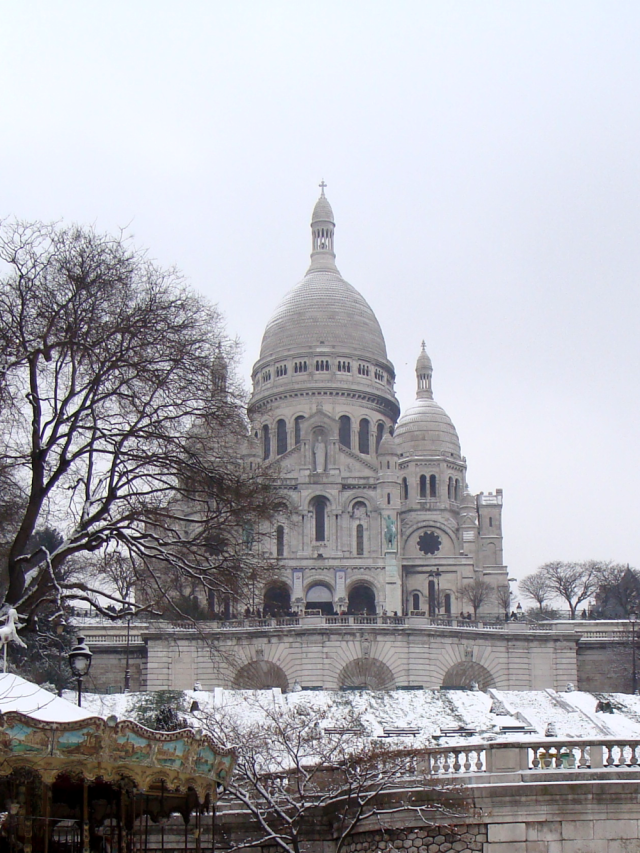 Snowy Sacre-Coeur. Straight from a postcard!